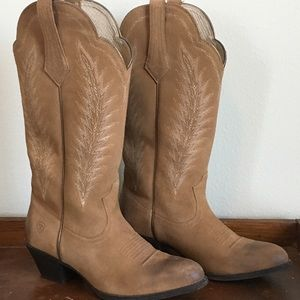 Light brown Ariat boots with stitching size 10